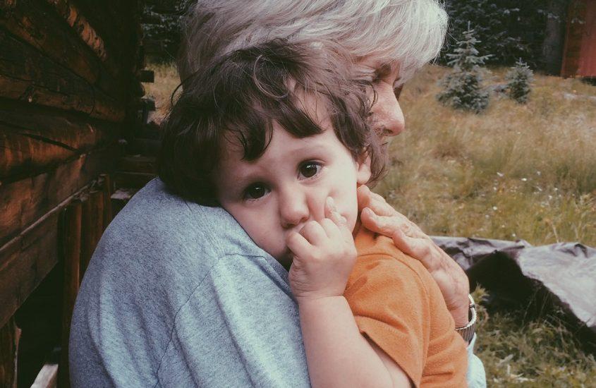 Lăsați copiii la bunici. Ei nu știu ce e între voi.